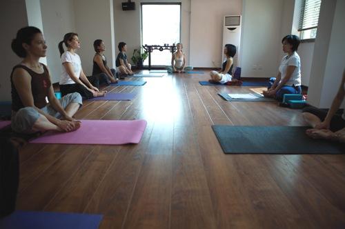 Living la vida local free yoga classes whisky for women for Living room yoga sessions
