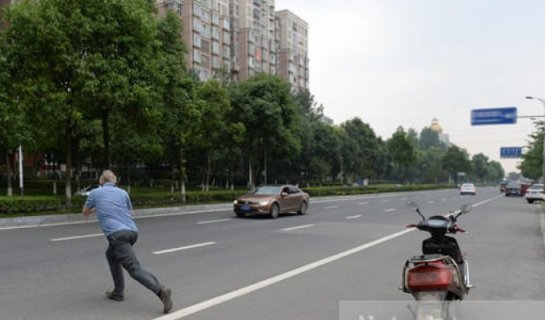 """R """"Lawful Laowai"""" Teaches Proper Driving to Chinese By Shaming Them"""