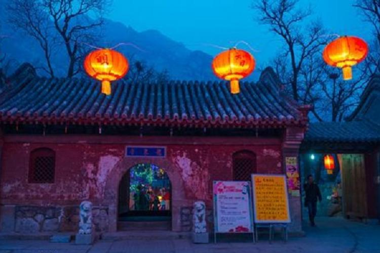Blindfolded 27-year-old Falls to Her Death During Meditation Retreat at Beijing's Longquan Temple