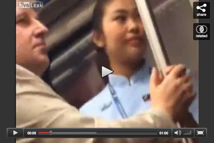 Creepy Foreigner Touches Chinese Woman Inappropriately on Subway: Video