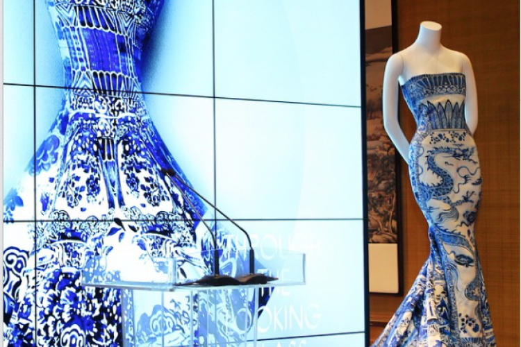 Strike a Pose: US Vogue Editor Anna Wintour Visits Beijing