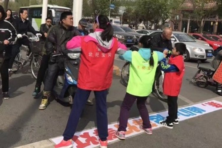 R Beijing To Stop Red Light Runners By Making Children Dance in the Middle of Traffic
