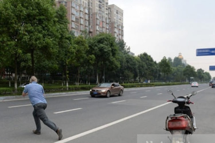 "R ""Lawful Laowai"" Teaches Proper Driving to Chinese By Shaming Them"