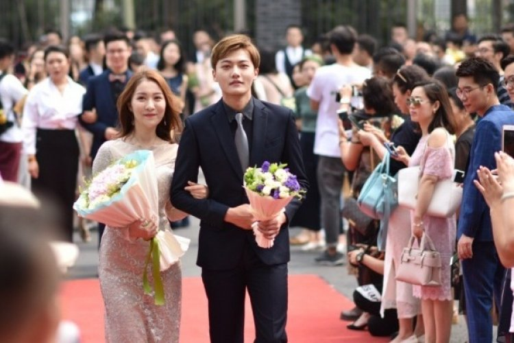 R Chinese Graduation Proms Roll Out Red Carpet for Dazzlilng Debutants