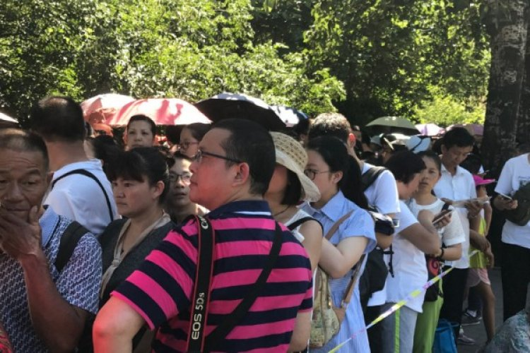 Hoping to Give Children Competitive Edge, Visiting Tourist Overwhelm Tsinghua, Peking University