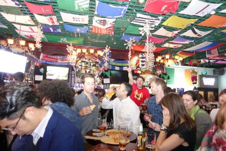R1 A Closer Look at the Bar & Club Awards: Beijing's Best Pub Quiz
