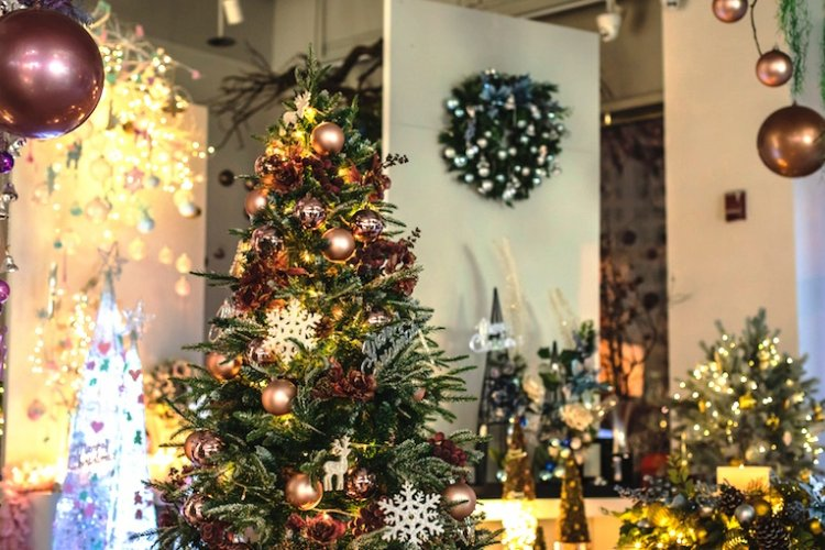 Find Some Festive Sparkle at Jinghua Artificial Flowers in Liangmaqiao