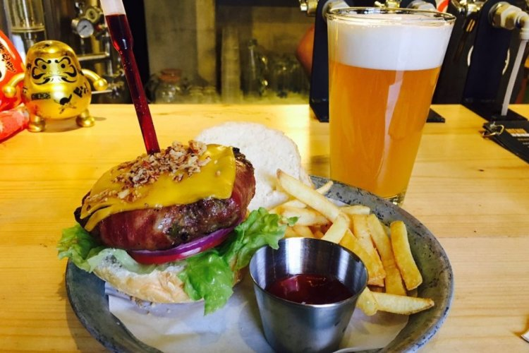 Burger Brief: Wudaoying Brewpub Regain Element Gets Adventurous With a Beef Burger Wine Injector