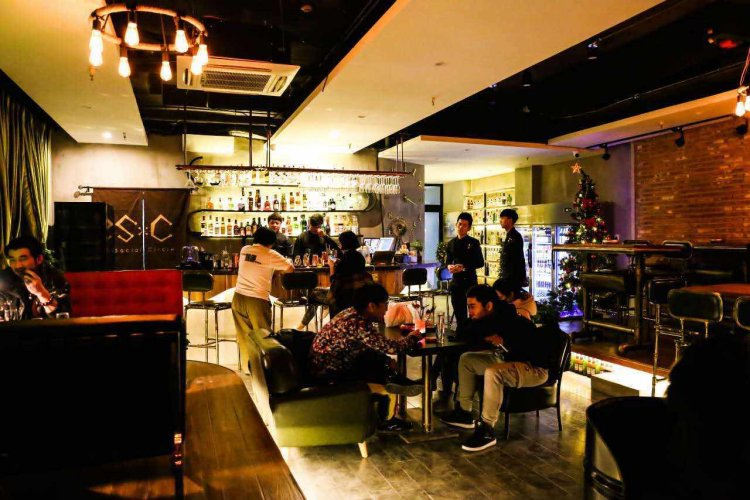 Friendly Vibes and Cheap, No Frills Cocktails Abound At Xinzhong Jie's Social Circle