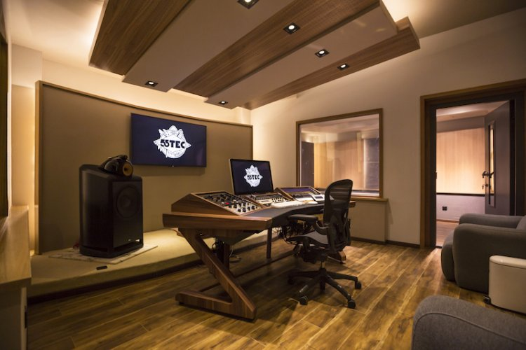 Ready to Rock: China's First World Class Recording Studio Up and Running in Beijing; Draws Cui Jian, Bruce Liang, and Other Stars