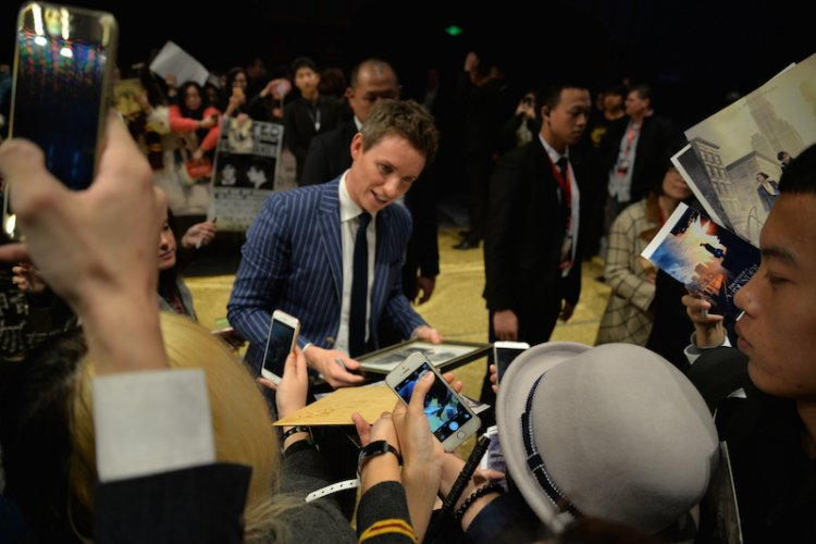 R1: Eddie Redmayne (小雀班) and Fantastic Beasts Costars Charm Beijing Fans at Red Carpet Event