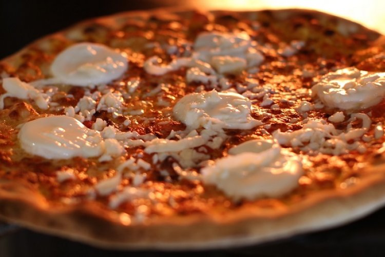 Pizza Mania!: Annie's 17 Years of Family Style Pizza