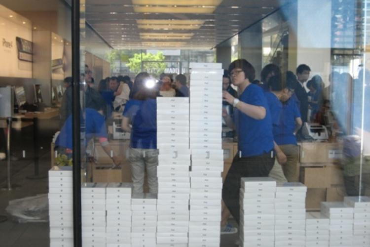 Sanlitun Launch of iPad 2: Hipsters, Yuppies & Scalpers Brave Crowds