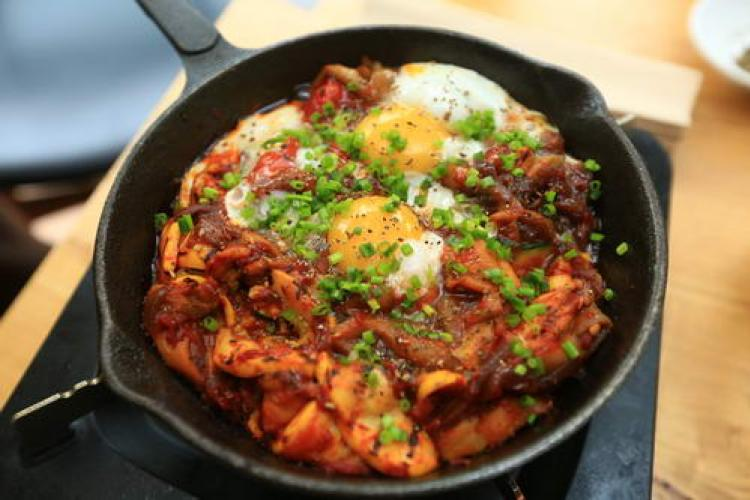 Let's Do Lunch: The Rug Chef Kevin Kong's Healthy and Savory Shakshuka