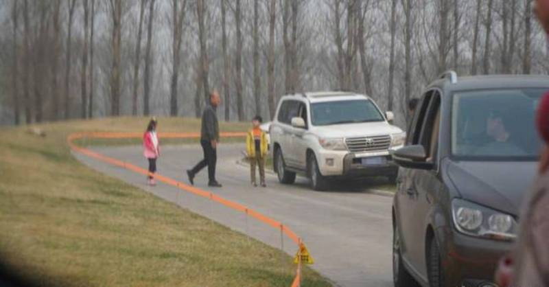 Clueless Tourists Continue to Disembark Cars at Beijing Wild Animal Park
